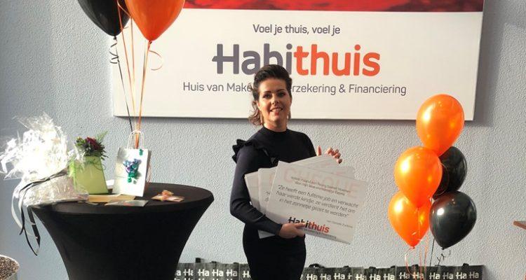 Petra De Boer Staat Klaar Om De Tien Cheques Uit Te Delen Aan De Vele Prijswinnaars.